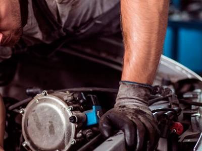 Mechanik wymieniający reduktor gazu
